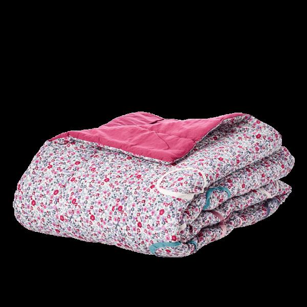 Super mooie, grote quilt. Kleine blauwe bloemen print en applicatie's in cirkels. Heerlijk voor op de bank of over je bed. Zeg het maar! Prachtig! 140 x 220 cm 100 % Katoen