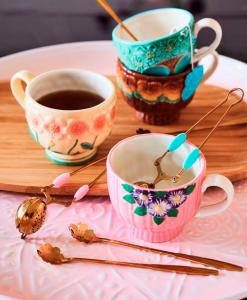 Mokken van keramiek door RICE. Geïnspireerd op vintage bloempotten. Prachtig!