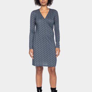 ATO Berlin: Jurk HENNI golven blauw Kleid Henni CLY/CO 14/059 DBL/BL Heerlijk soepel jurkje met lange mouwen. Mooie all-over print. Jurk is wat korter. Dus ook zeer geschikt voor wat kleinere vrouwen. 67% Lyocell | 33% Katoen Lengte in maat M: 92,5 cm