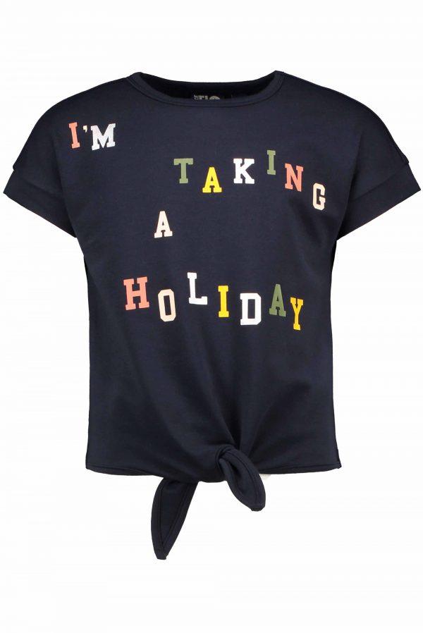 Like FLO: Navy knoop sweater Like FLO navy knoop sweater met korte mouwen. Deze top heeft een stoer knoop detail aan de onderkant en op de voorkant een luxe multicolor print 'I am taking a holiday'. Sporty en girly tegelijkertijd.
